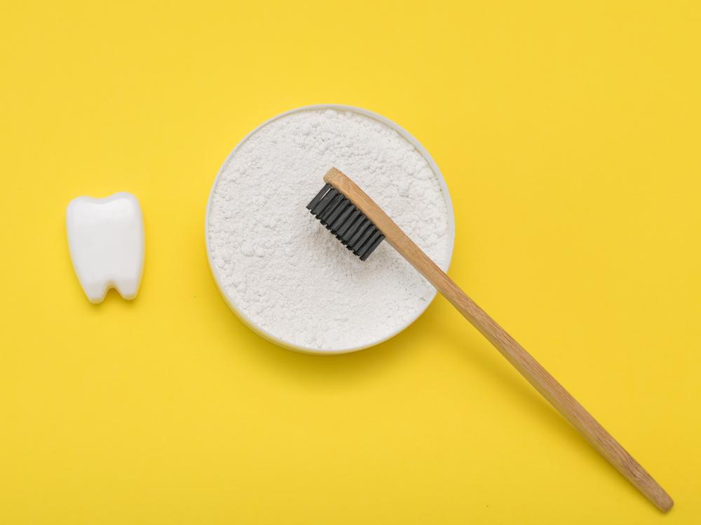 blanchiment dentaire. Bicarbonate de soude dents blanches